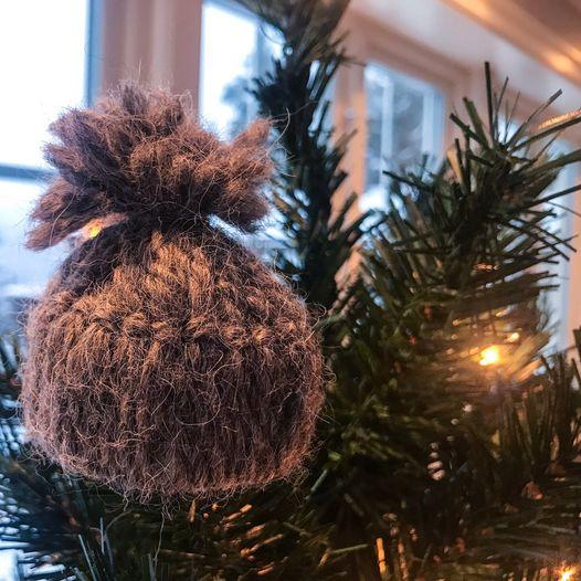 Søte, små luer laget av dorull og garn - enkel aktivitet på juleverksted