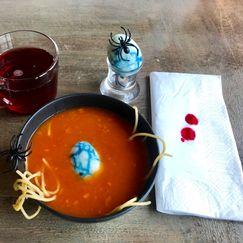 Ekkel tomatsuppe med mark og edderkoppegg