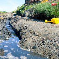 Tips til lek i vannkanten – Lag demning og båtbane