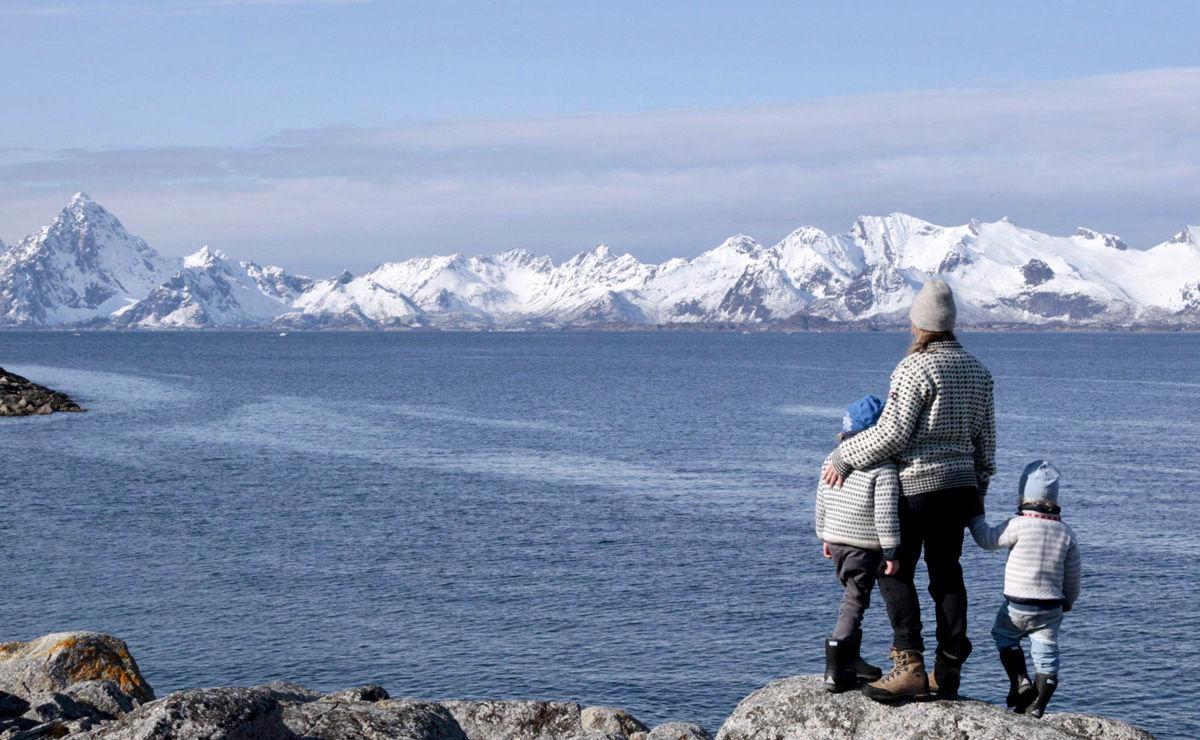 Elin og guttene i vinterkledd Lofoten