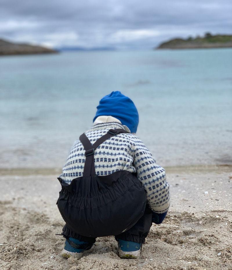 Gutt leker på stranda