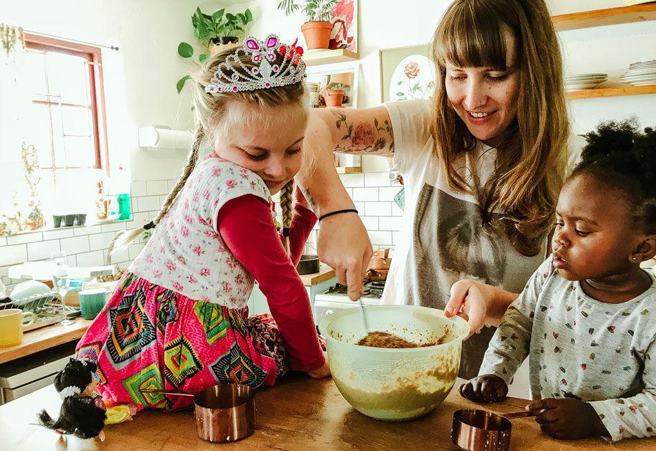 Mor baker cookies med sine to døtre