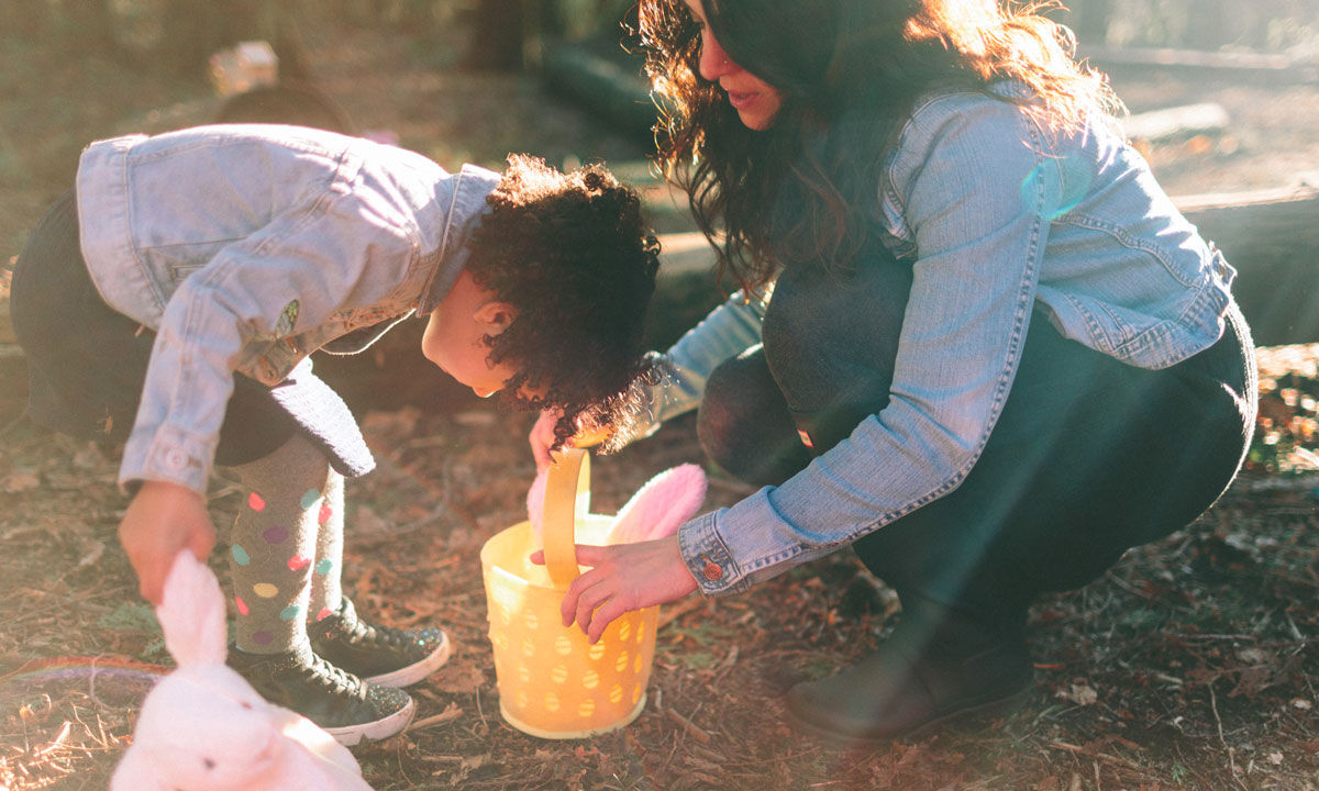 Jente sjekker fangsten i påske-eggjakten