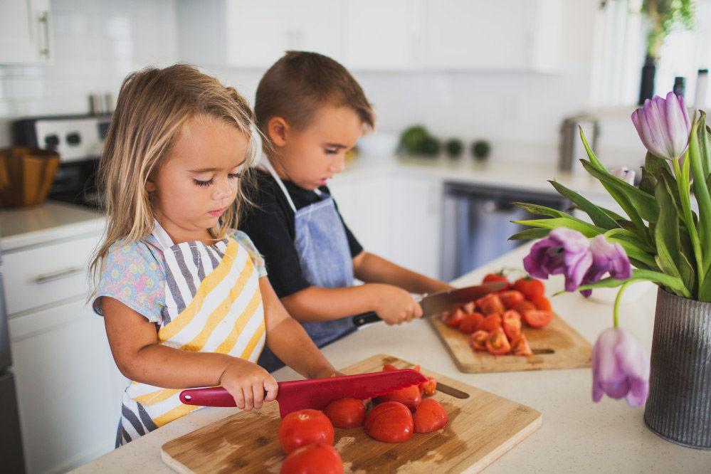 La barna hjelpe til på kjøkkenet