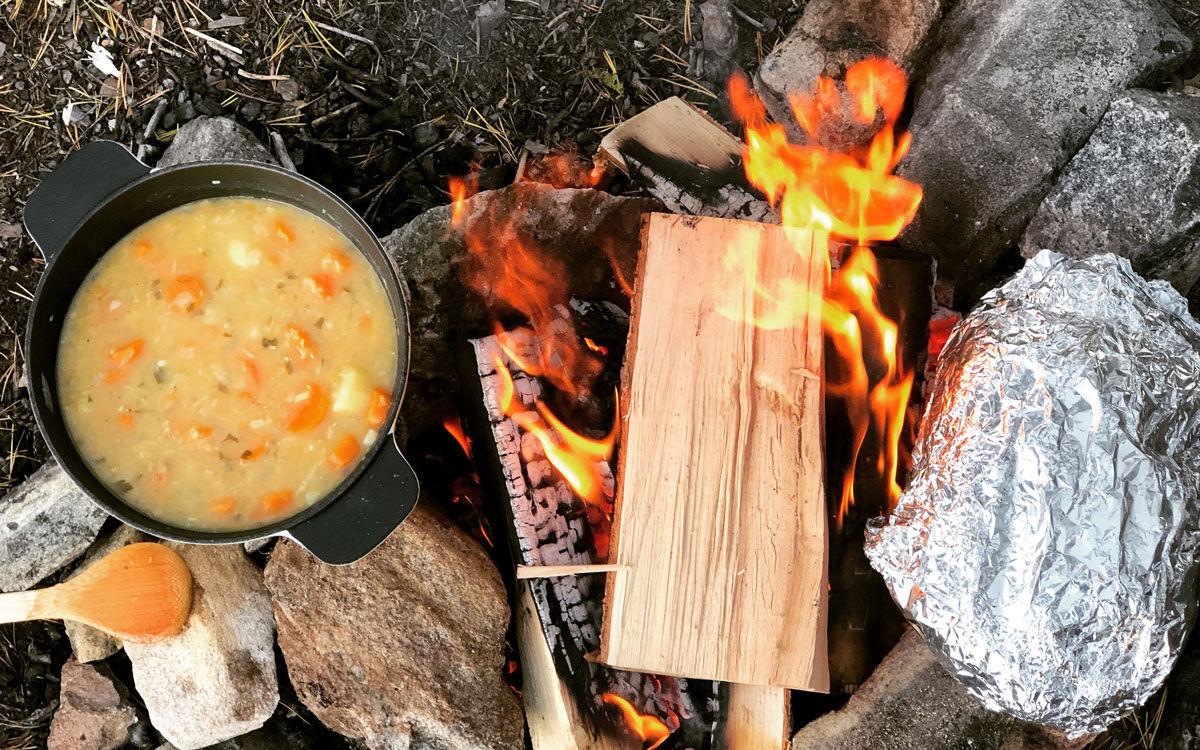 Suppe og brytebrød på bålet