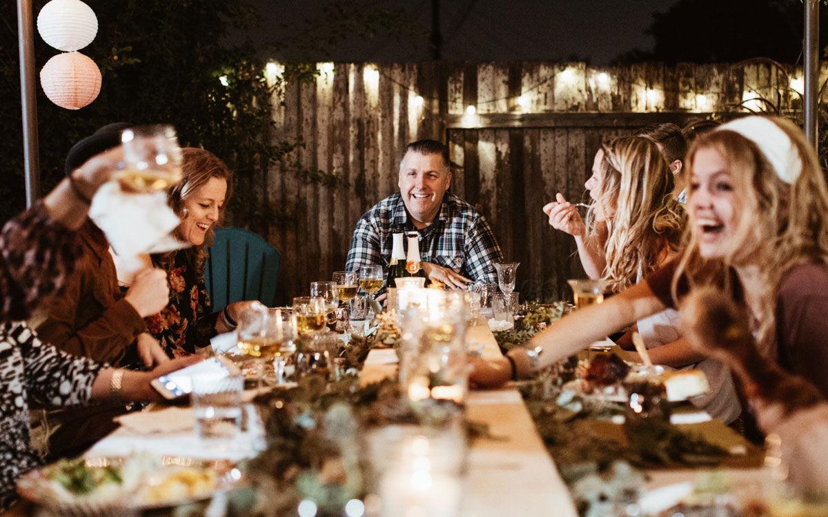 Familien er samlet rundt bordet