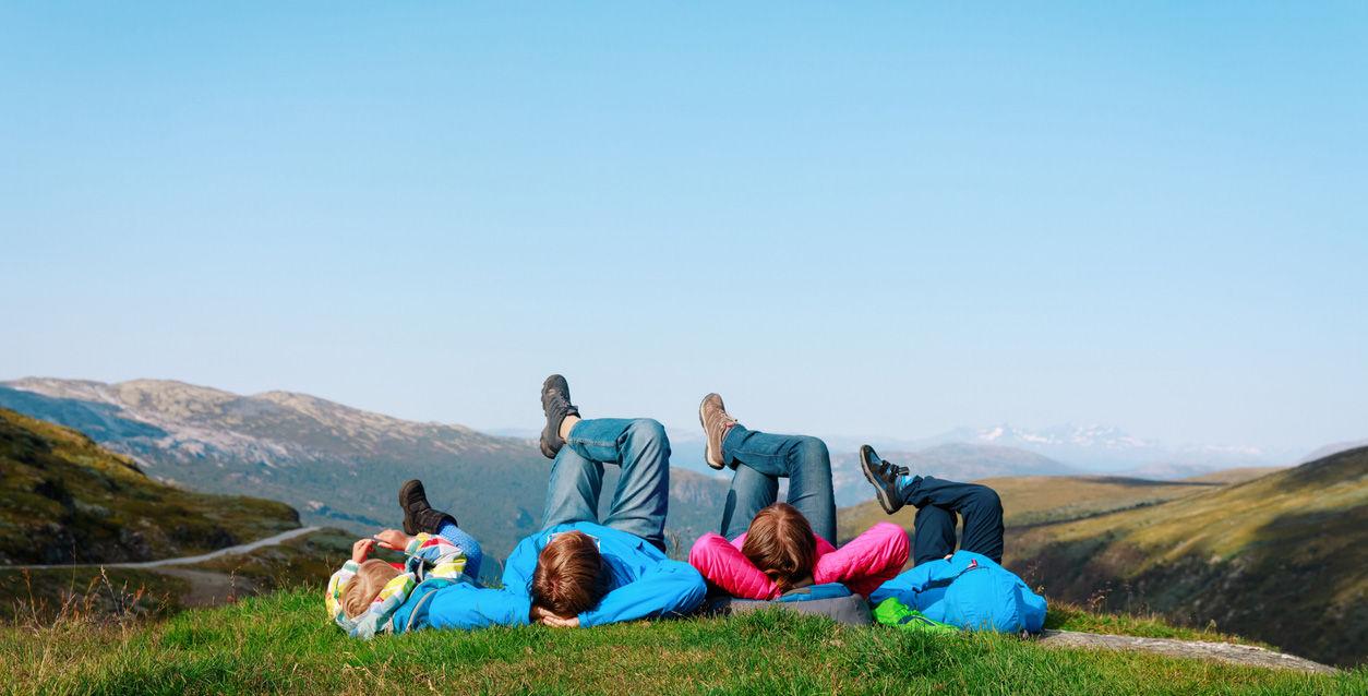 Familie slapper av på gresset