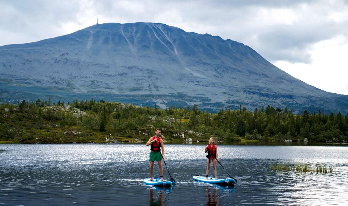 SUP-padling på Gaustablikk med Gaustatoppen i bakgrunnen