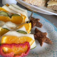 Fargerik og innholdsrik lunsj til barna med enkelt innhold og enkle grep