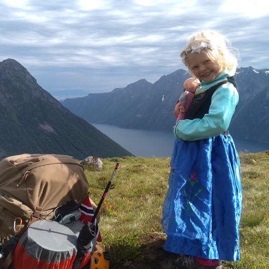 Mina og Laura ved Hjørundfjorden