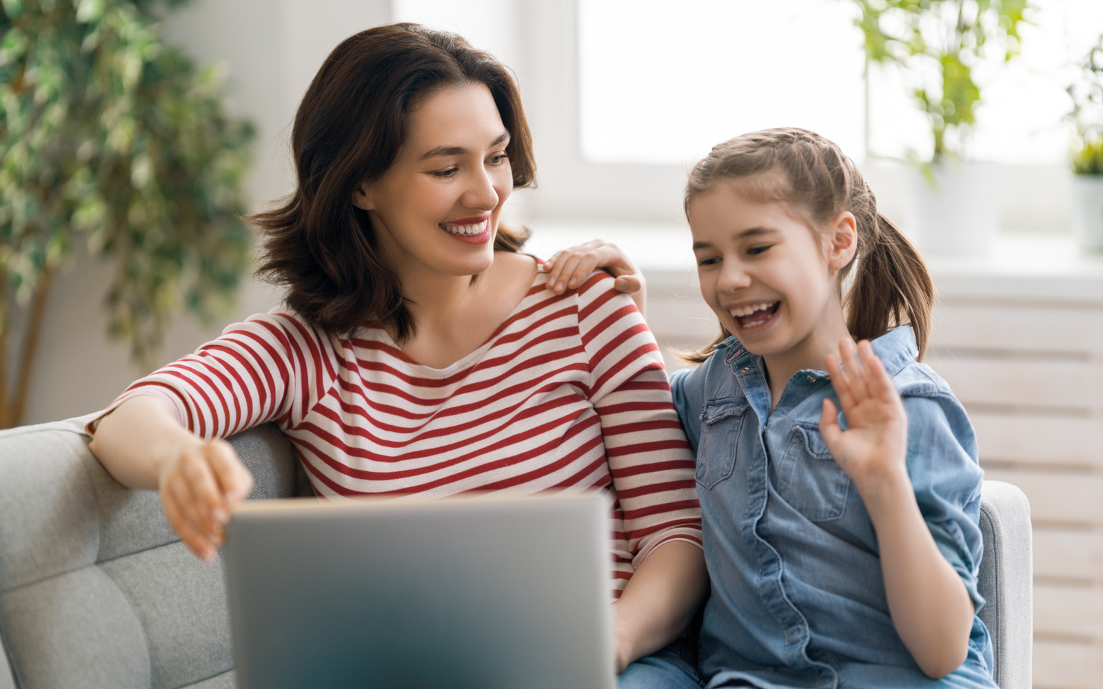 Mother and daughter on a online speech therapy session