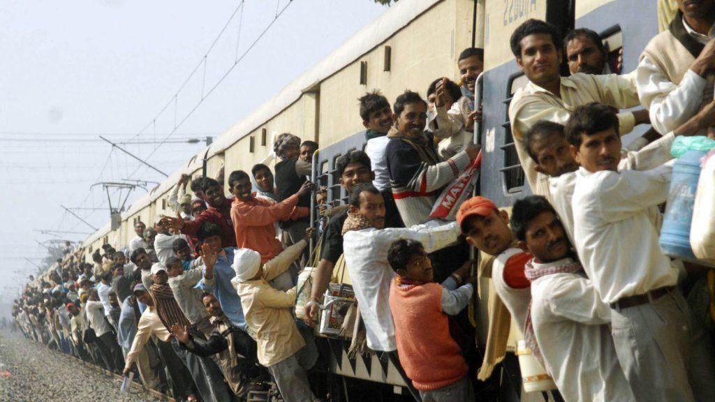 Много людей на поезде