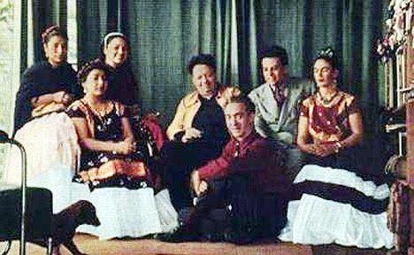 Os amigos de Frida Kahlo eram fiéis e dedicados e por mais que muitos deles morassem distante (a maioria nos Estados Unidos), mantiveram muita correspondência e laços profundos até a morte da artista.