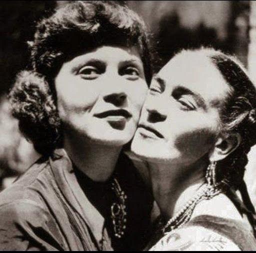 A fotógrafa Tina Modotti foi uma das amantes de Diego Rivera, mas também uma grande amiga de Frida Kahlo.