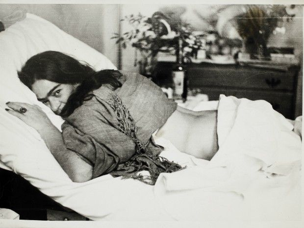 Frida, aos 18 anos, sofreu acidente de ônibus, fraturando a coluna em vários lugares.