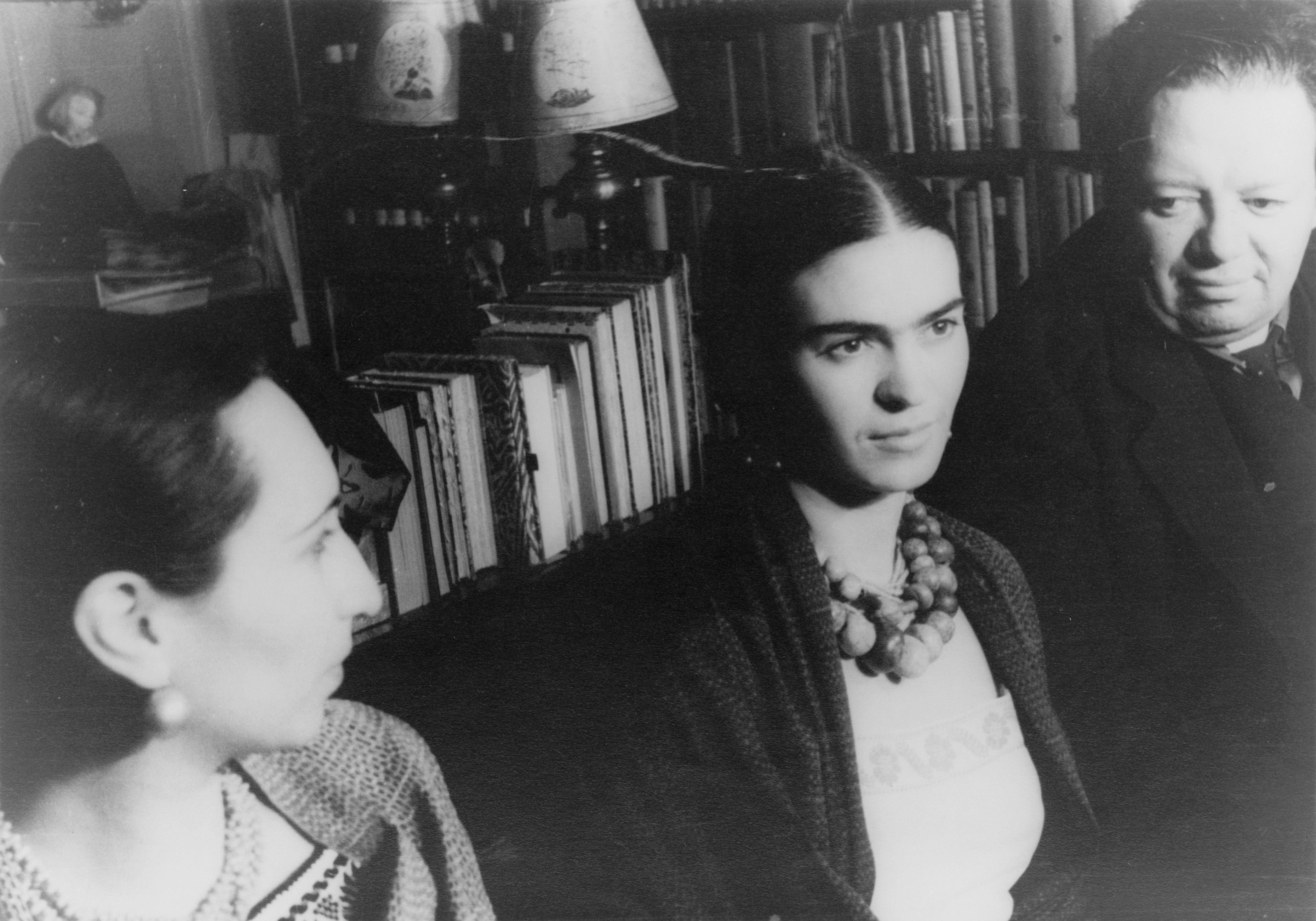 Frida Kahlo e Diego Rivera retratados em uma foto antiga.