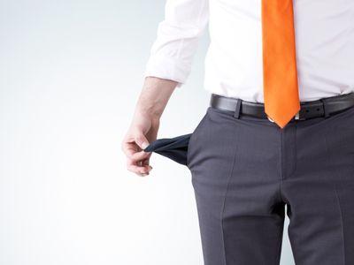 אדם בפשיטת רגל מראה שהכיסים שלו ריקים