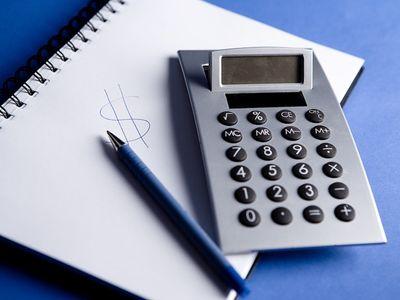 מחשבון מיסים עיפרון ומחברת
