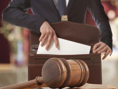 עורך דין מכניס מסמכים מניעה לתיק