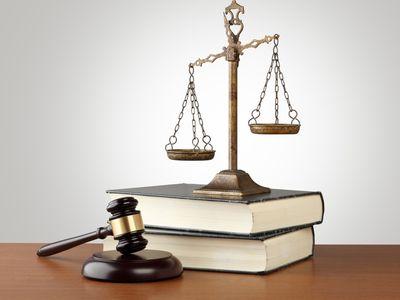 מאזני צדק מונחים על שני ספרים ופטיש בית משפט