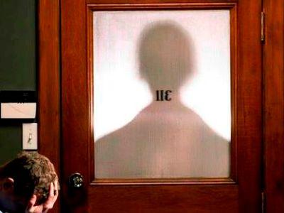 צל אל אדם מפוטר מאחורי דלת ואדם שמחזיק את הראש