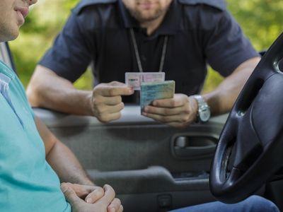 שוטר תנועה בודק רשיונות של נהג