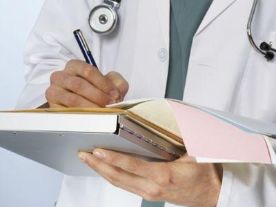 רופא כותב מסמך רפואי
