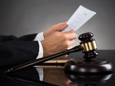 שופט קורא ערעור ופטיש בית משפט על השלוחן