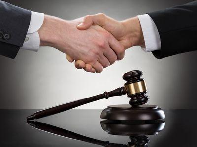 פשרה לחיצת יד ופטיש בית משפט