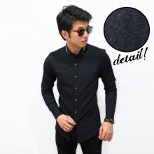 Kemeja Emboss Neck White List Black