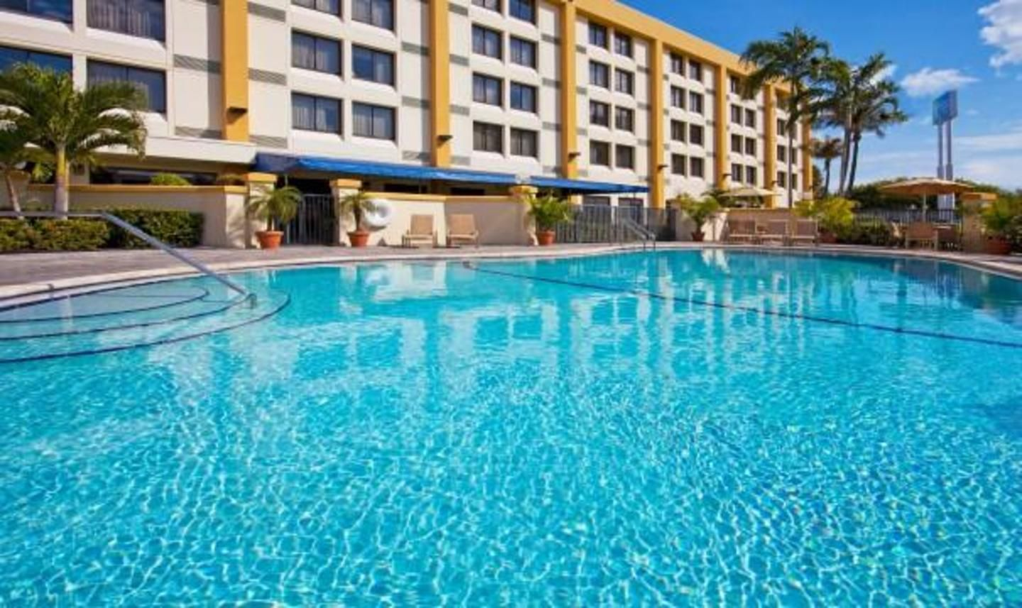 Holiday Inn Hialeah/Miami Lakes - swimming pool