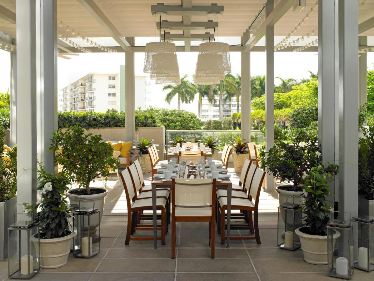 Repas en plein air disponible sur la terrasse couverte EDGE.