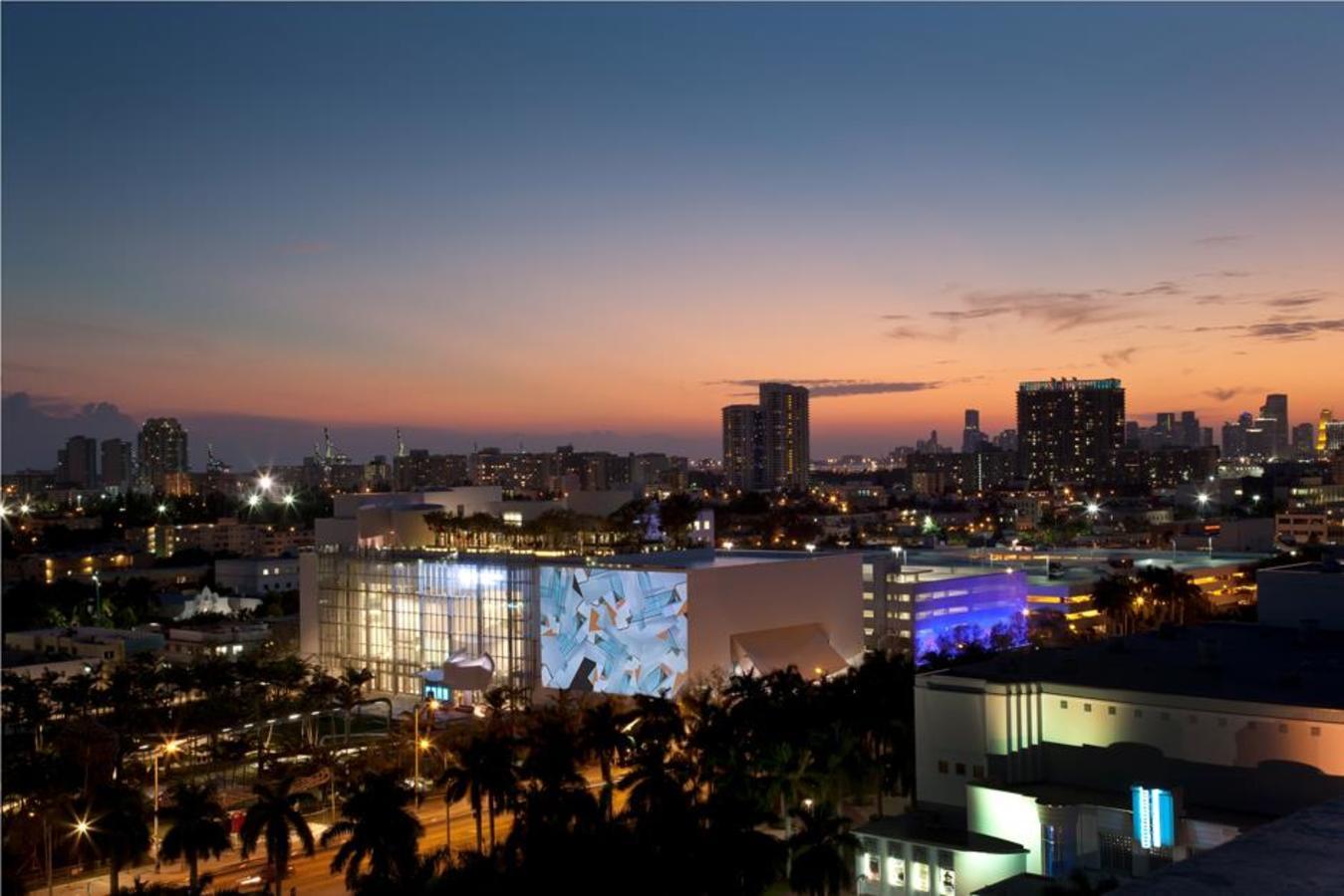 SW-Luftnachtansicht der Fassade Foto von Claudia Uribe