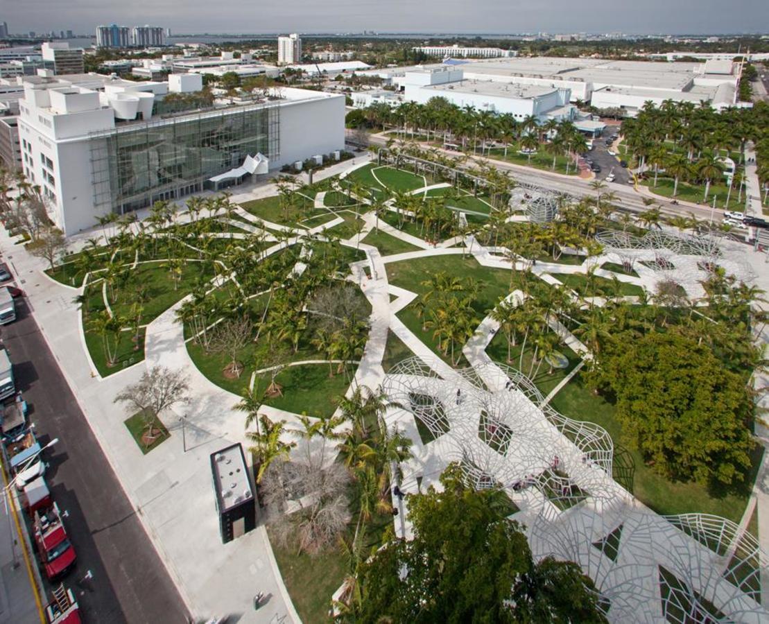 Luftbildansicht der Fassade und Soundscape Park