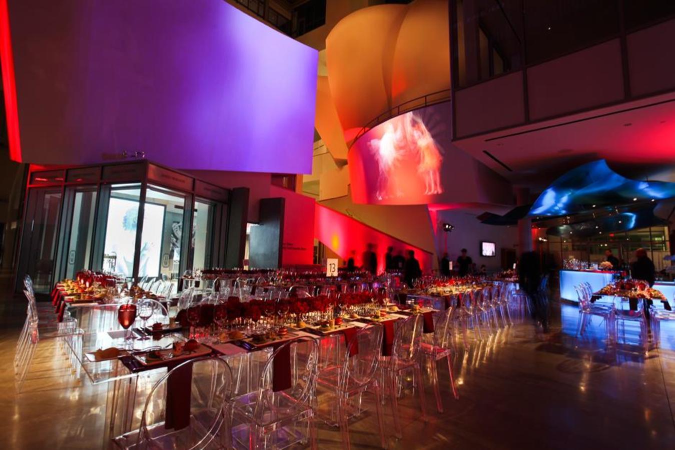 Überzogenes Abendessen in der Atrium-Lobby mit Video-Mapping-Projektion