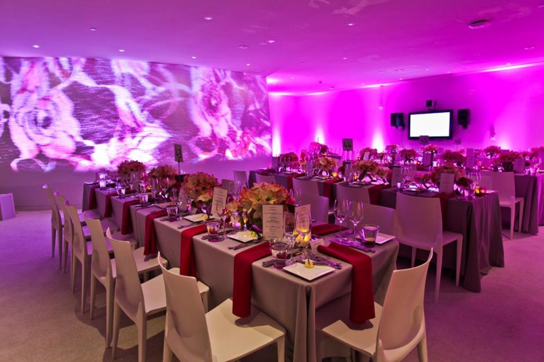 Donors Lounge SE Blick auf das überzogene Abendessen mit Akzentbeleuchtung für Videoprojektionen