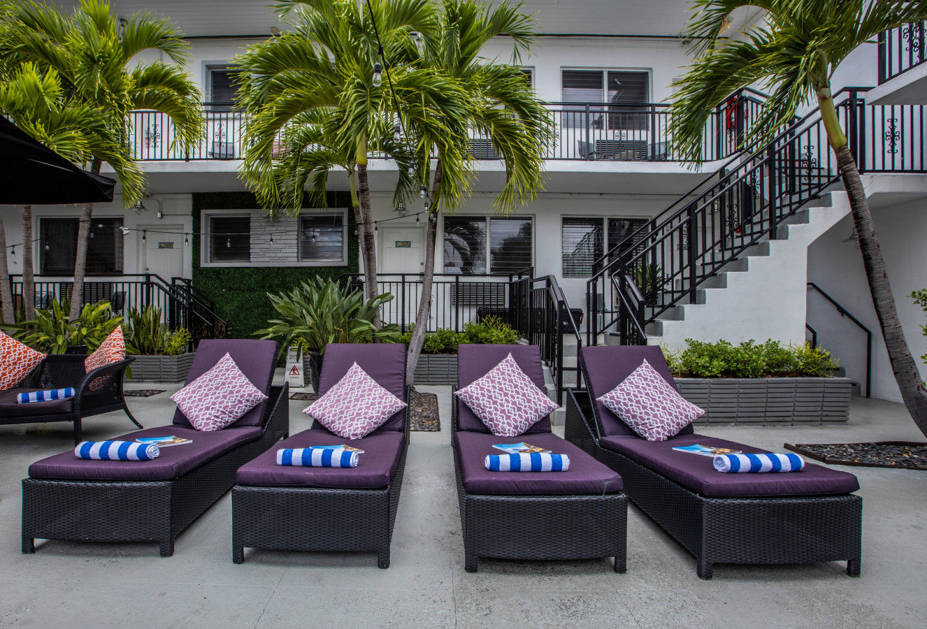 Beachside All Suites - sun lounges
