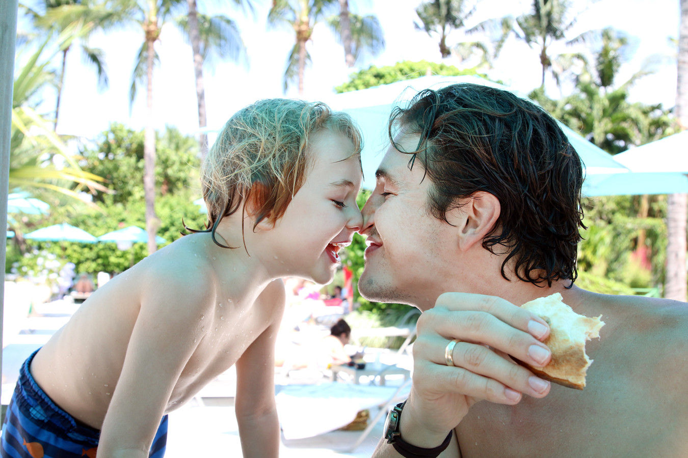 Pai e filho na piscina