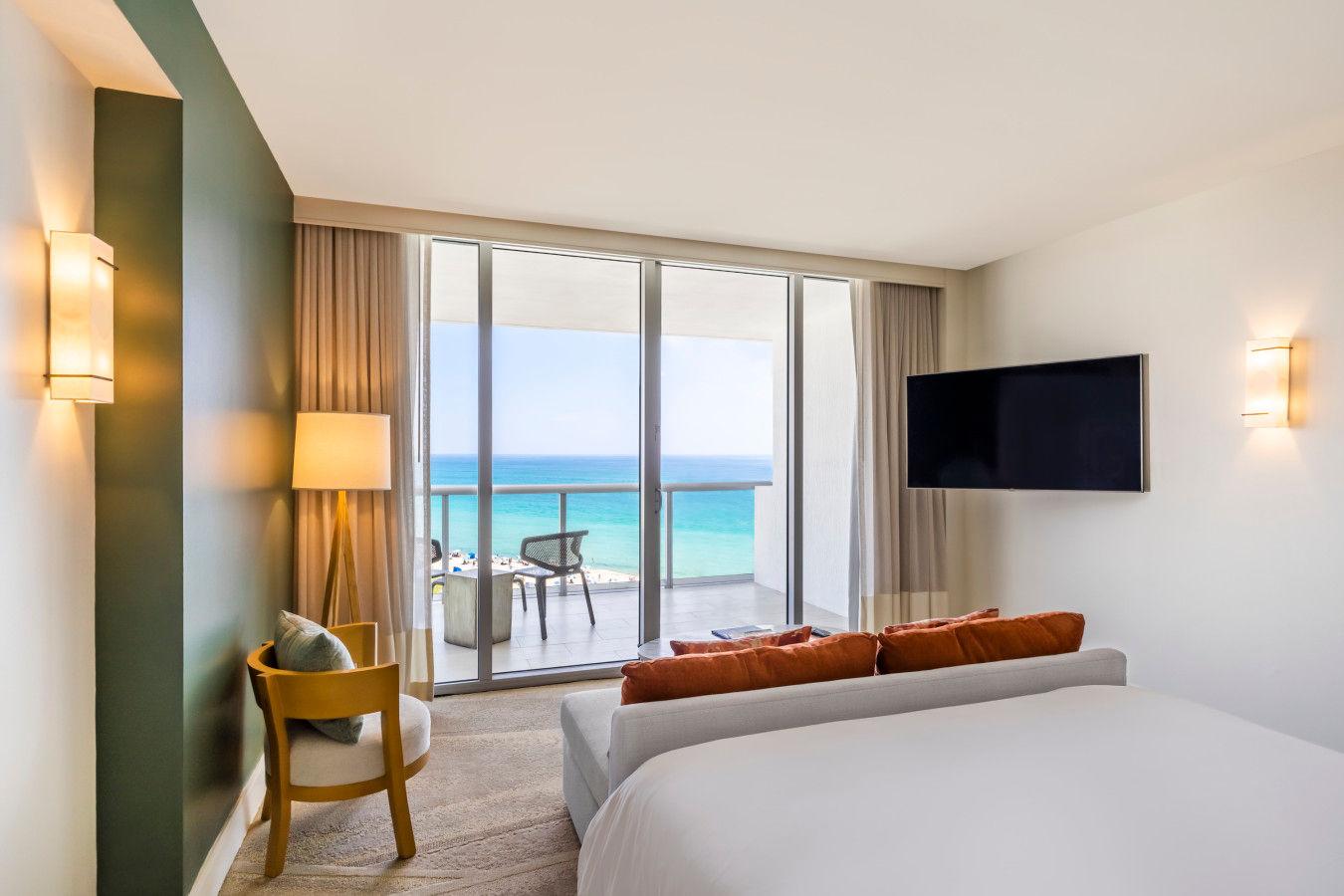 """Полулюкс с кроватью размера """"king-size"""" и видом на океан - Eden Roc Miami Beach"""