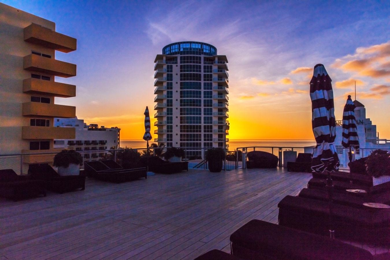 Pont sur le toit au coucher du soleil
