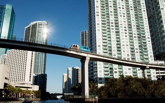 Miami Metromover em Downtown Miami