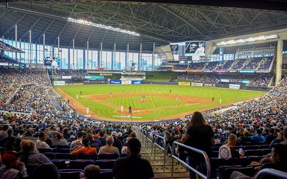 Closed roof game at Marlins Park
