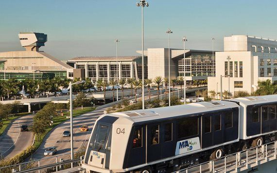 Metromover com Miami International Airport no fundo