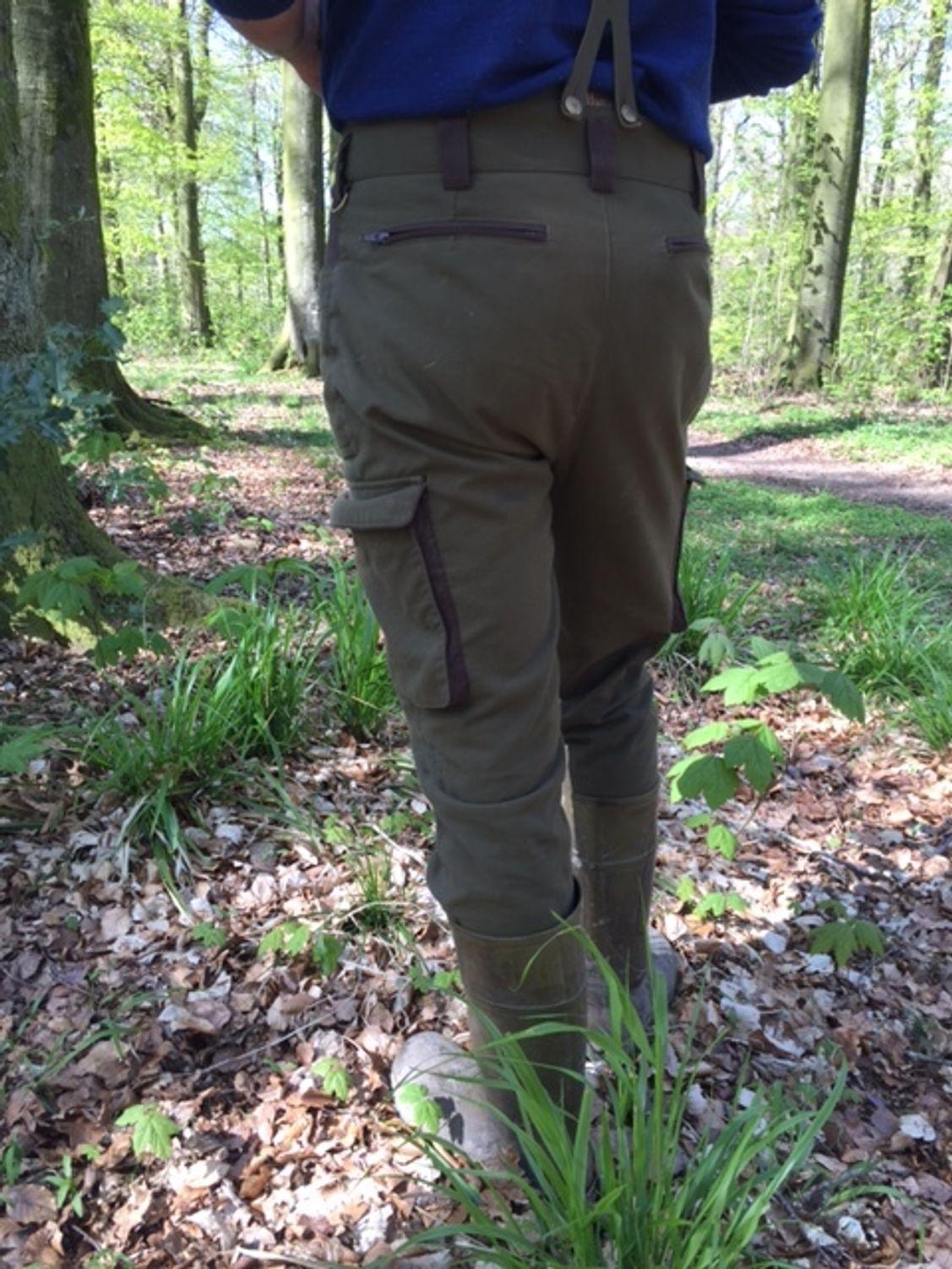 Der Bund ist fast 10cm höher als bei meinen normalen Hosen und zusammen mit den Hosenträgern sorgt es für Wäre an den entscheidenden Stellen!
