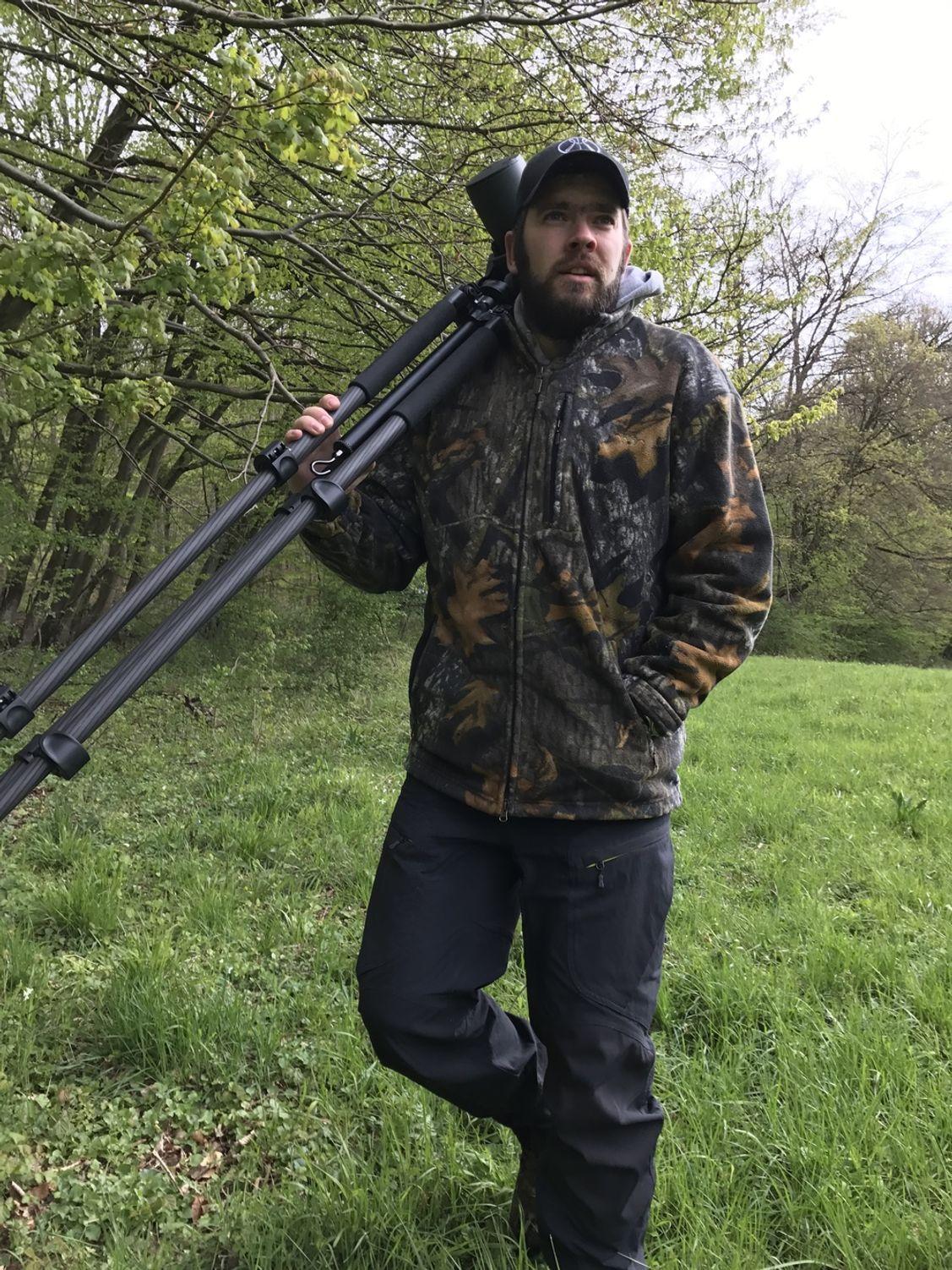 Ich gucke betont locker aber trage allein schon 2.500 Gram reine Optik auf den Schultern. Dazu noch Waffe und Co........!?!