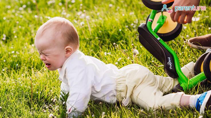 बच्चे के गिर जाने पर क्या करेंः महत्वपूर्ण जानकारी