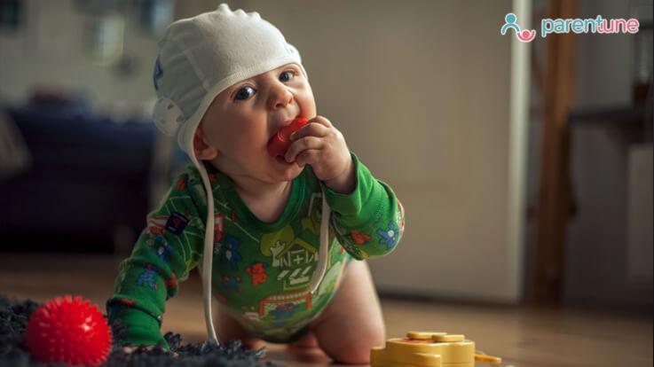 कैसे छुड़ाएं हर चीज को मुंह में लेने की आदत से अपने बच्चे को