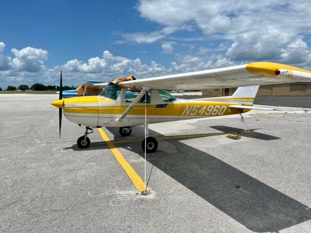 1972 Cessna 150L trainer aircraft [equipped wih rare skylights]