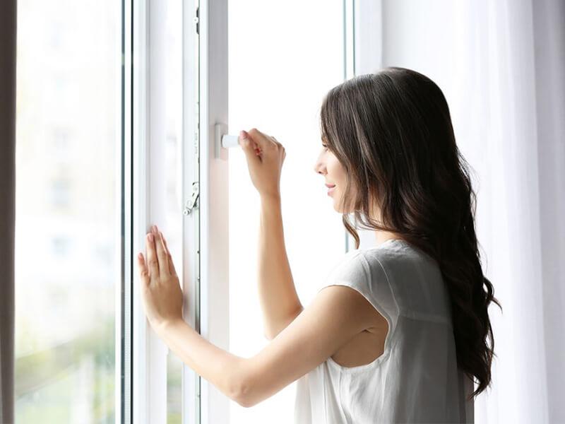 Đóng cửa sổ giúp căn phòng của bạn mát hơn khi trời nóng