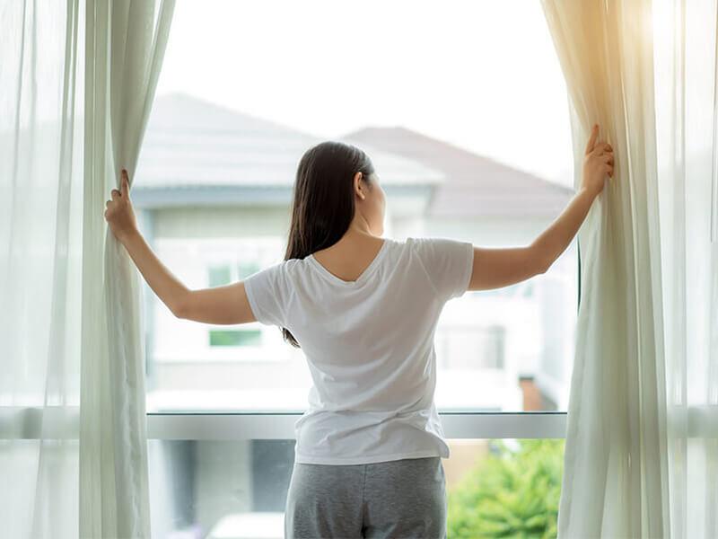 Kéo rèm màn tạo điều kiện cho ánh sáng mặt trời vào phòng